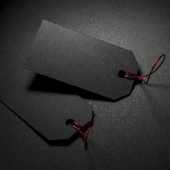 Twee prijskaartjes donkere achtergrond