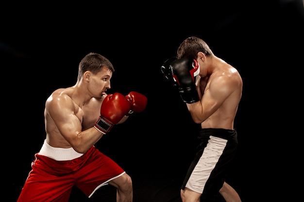 Twee professionele bokser boksen op zwart