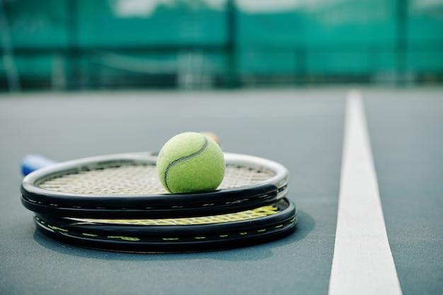 Twee rackets en een tennisbal