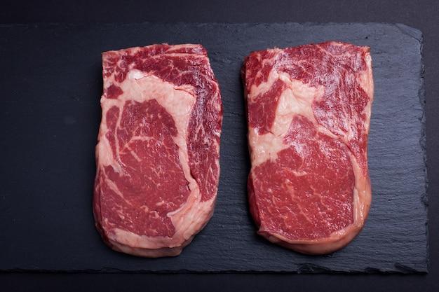 Twee rauw marmervlees, zwart angus ribeye steak.