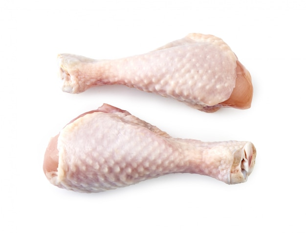 Twee rauwe kippenpoten geïsoleerd bovenaanzicht.