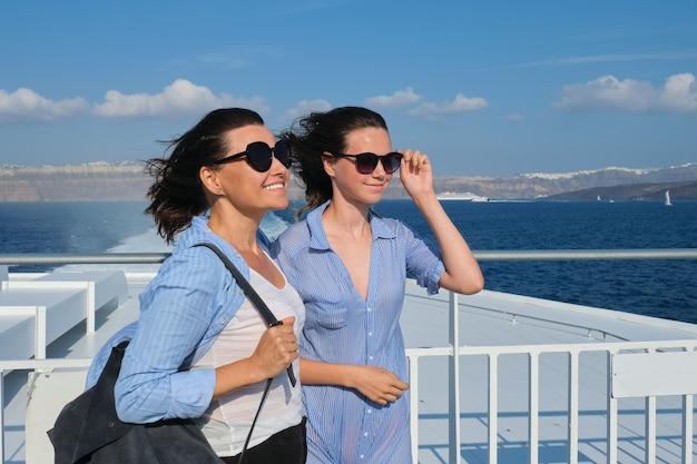 Twee reizende vrouwen, moeder en tienerdochter in luxe reizen middellandse zee