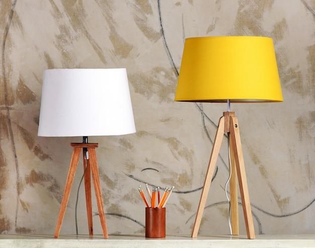 Twee retro tafellampen met kop potloden op tafel
