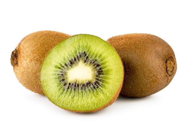 Twee rijpe kiwi's en een half geïsoleerd