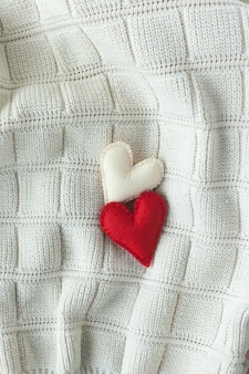 Twee rode harten op een wit.
