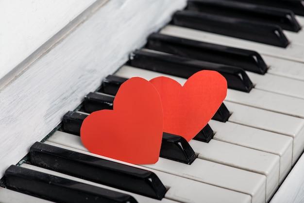 Twee rode harten op piano Premium Foto