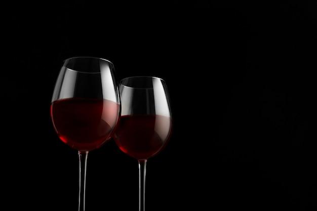 Twee rode wijnglazen