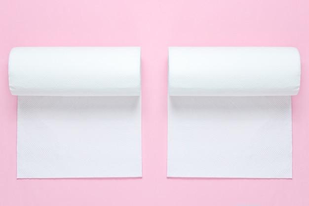 Twee rollen papieren handdoeken op blauw roze pastel achtergrond