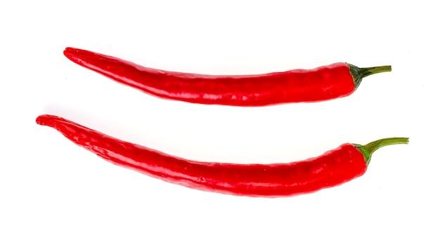 Twee roodgloeiende geïsoleerde spaanse peperpeper