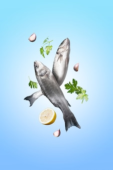 Twee ruwe zeebaars met kruiden en citroen op een blauwe ruimte