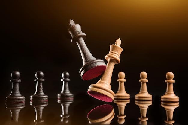 Twee schaakkoninginnen in een holplan tegen de achtergrond van pionnen.