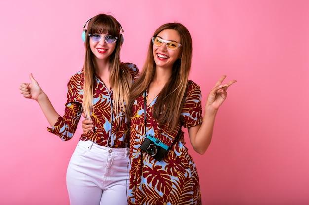 Twee schattige gelukkige jonge vrouwen die samen plezier hebben