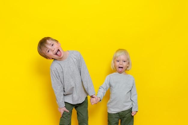 Twee schattige jongens hebben plezier en laten hun tongen zien.