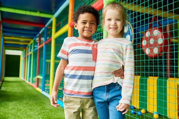 Twee schattige kinderen in play center