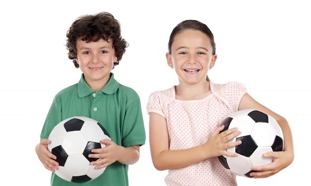 Twee schattige kinderen met voetballen