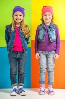 Twee schattige kleine meisjes