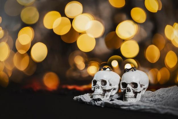 Twee schedels op de onscherpe achtergrond met nachtverlichting