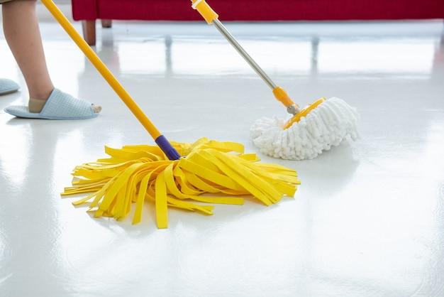 Twee schoonmakers met mop die marmeren vloer buitenshuis schoonmaken. schoonmaakdienst.