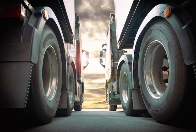 Twee semi-vrachtwagens naast elkaar geparkeerd bij sunset sky road freight truck transportation