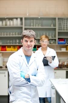 Twee serieuze wetenschappers kijken naar de camera staan