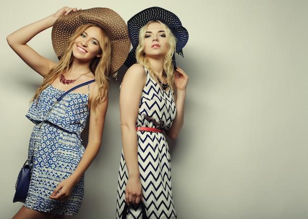 Twee sexy jonge vrouwen