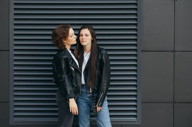 Twee sexy meisjes in leren jassen