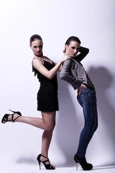 Twee sexy vrouwen poseren