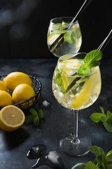 Twee shot van mojito cocktail in glas op zwarte tafel close-up