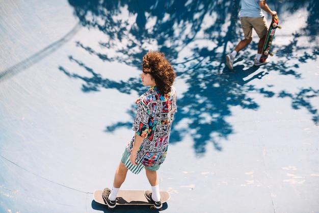 Twee skateboarders op de helling