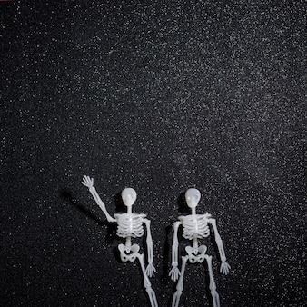 Twee skeletten begroeten