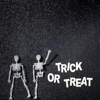 Twee skeletten in een trick or treat-samenstelling