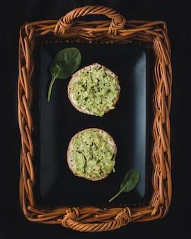 Twee smakelijke toast met guacamole, bovenaanzicht