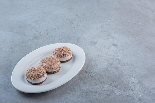 Twee smakelijke truffelballen op een witte plaat geplaatst.