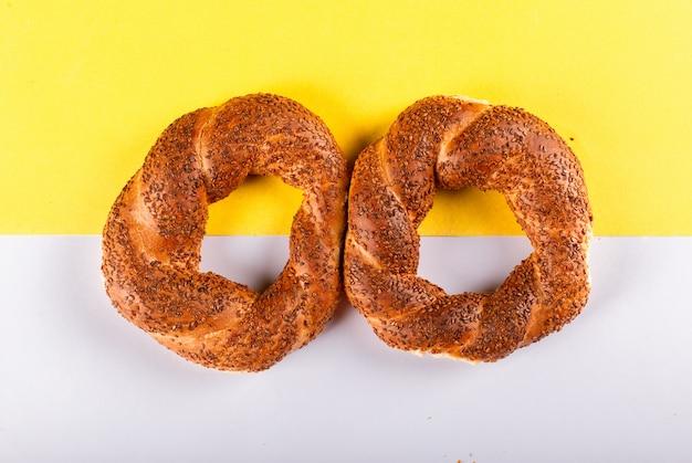 Twee smakelijke turkse ongezuurde broodjes op lijst