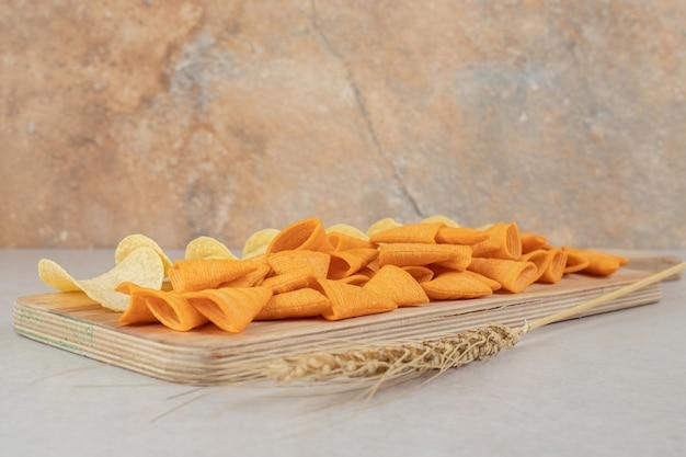 Twee soorten chips op een houten bord