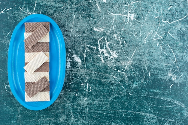 Twee soorten knapperige wafels op blauw bord.