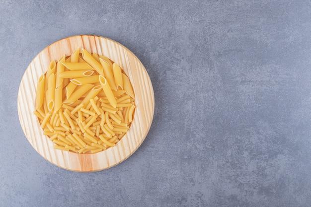 Twee soorten pasta op houten plaat.