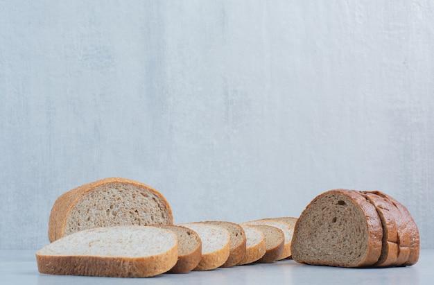 Twee soorten sneetjes brood op marmeren achtergrond. hoge kwaliteit foto