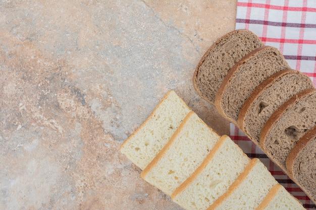 Twee soorten toastbrood op tafellaken