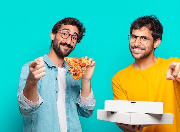 Twee spaanse vrienden die wijzen of pizza's laten zien en vasthouden?