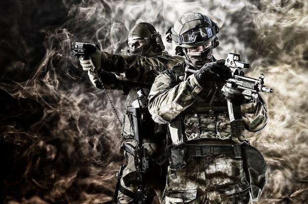 Twee speciale eenheidssoldaten voeren een gevaarlijke missie uit. gemengde media