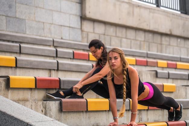Twee sportieve meisjes die samenwerken