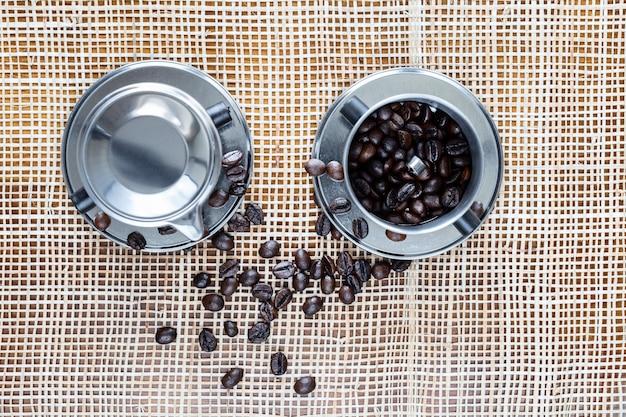 Twee stalen koffiezetapparaten op placemat bovenaanzicht.
