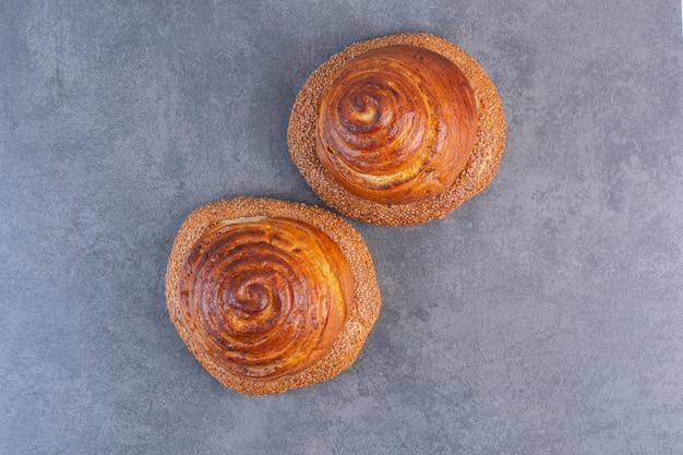 Twee stapels bagels met broodjes op marmeren achtergrond. hoge kwaliteit foto