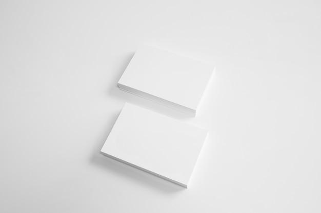 Twee stapels blanco visitekaartjes