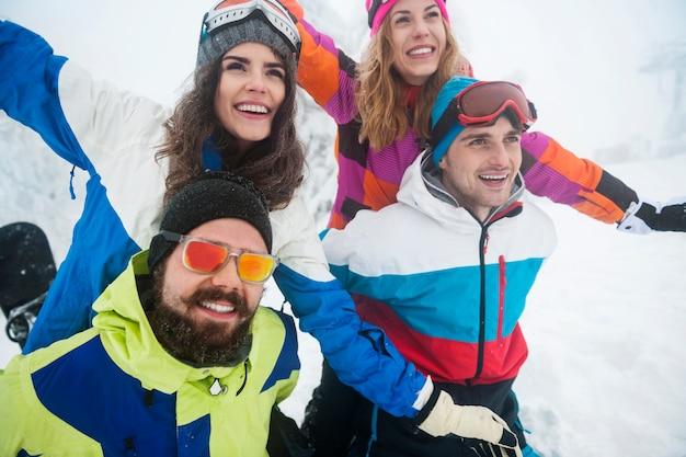 Twee stellen met plezier en snowboarden