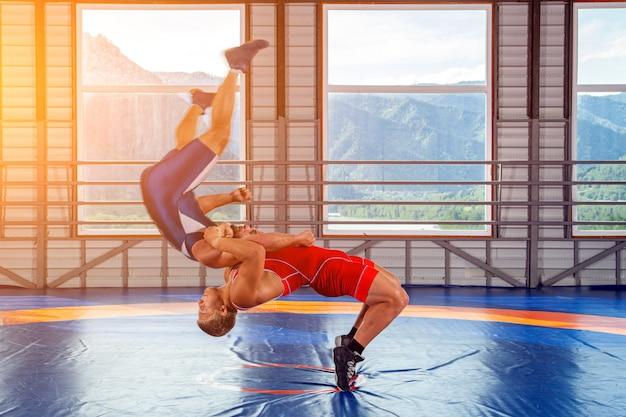 Twee sterke worstelaars worstelen