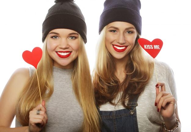 Twee stijlvolle beste meisjes van hipstermeisjes klaar voor partij