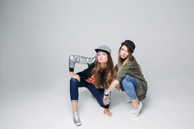Twee stijlvolle dansende meisjes.