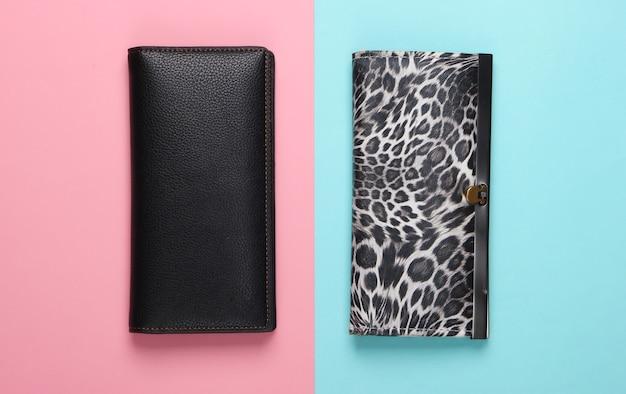 Twee stijlvolle portemonnees op roze blauw. modieus minimalisme.